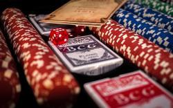 Jetons, poker, paquet de cartes, dé